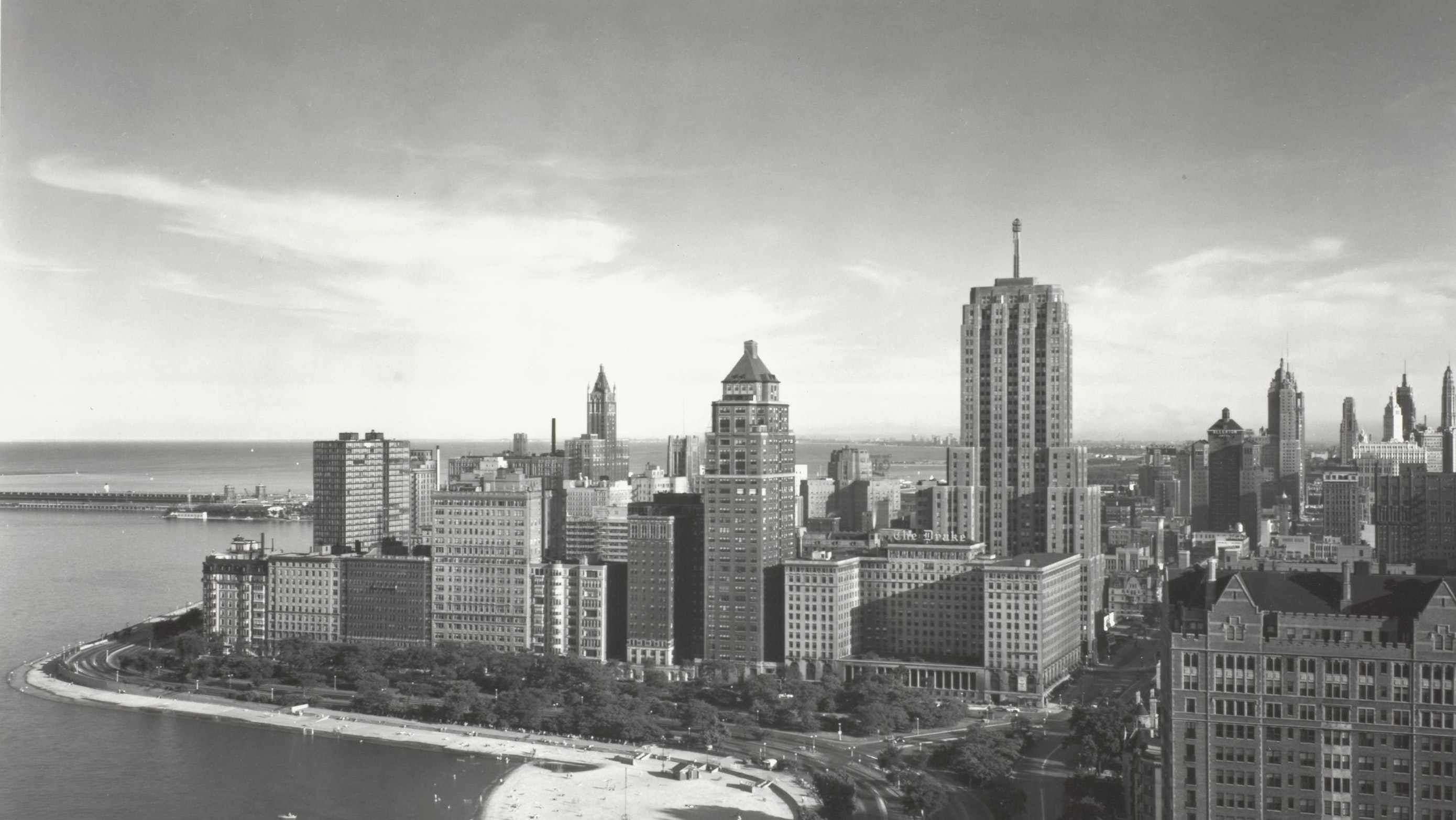 Black and white photo of Lake Shore Drive and the Chicago skyline