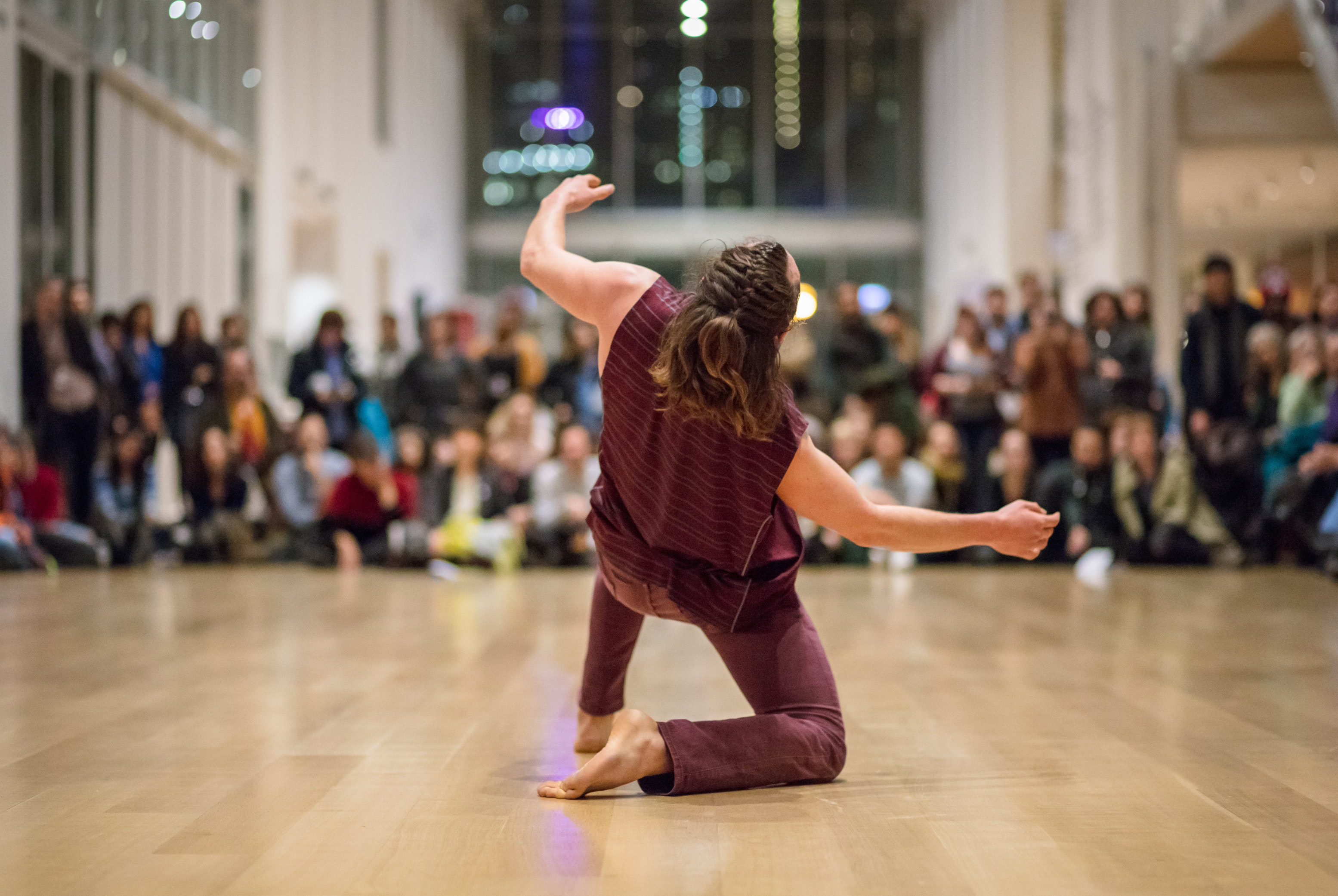 An artist performs in front of a large crowd in the museum's Modern Wing.